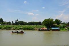 在昭拍耶河泰国文化的小船 免版税库存图片