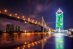 在昭拍耶河的拉马IX桥梁在晚上 库存图片