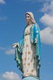 在是公共场所的天主教主教管区前面的保佑的圣母玛丽亚 库存图片