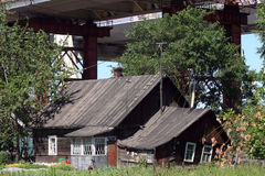 在是家庭对种田家庭的房子的建筑桥梁 库存照片