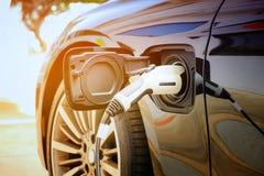 在是的街道上的充电的现代电车电池 库存照片