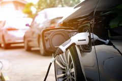 在是的街道上的充电的现代电车电池 免版税库存图片