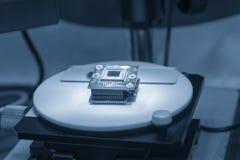 在显微镜的CPU芯片 库存图片