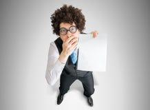 在显示习惯消息的失望的商人的顶视图白色空的纸 库存照片