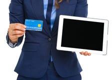 在显示信用卡和片剂个人计算机的女商人的特写镜头 库存照片