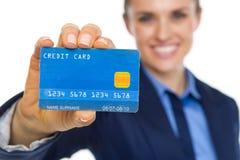 在显示信用卡的微笑的女商人的特写镜头 库存照片