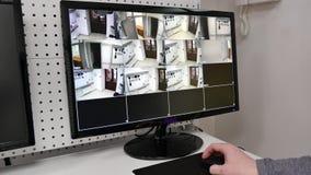 在显示器屏幕上的一台监视器,在DVR的观察照相机 股票视频