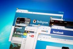 在显示器屏幕上的社会网络主页。 库存照片