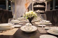 在显示在HOMI,家国际展示的典雅的桌在米兰,意大利 库存照片