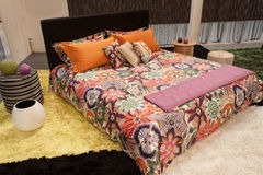 在显示在HOMI,家国际展示的米索尼双人床在米兰,意大利 图库摄影