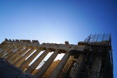 在显示多立克柱式的世界遗产古老帕台农神庙的恢复未完成作品在有脚手架的上城顶部 图库摄影
