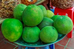 在显示待售整个葡萄柚在一个市场在Camb 免版税库存照片