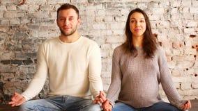 在显示心脏标志的怀孕的肚子的妈妈和爸爸手 爱抚怀孕的腹部的怀孕的夫妇 妊妇关心 股票录像