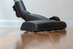 在显示房子清洁的地板上的吸尘器 库存照片