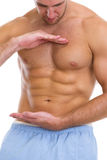 在显示极大的腹肌的男的特写镜头 库存图片