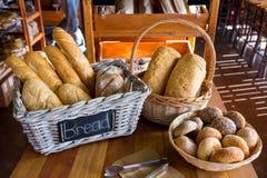 在显示柜台的各种各样的面包 免版税库存图片
