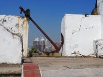 在显示的一个老生锈的船锚在灯塔附近在澳门 库存照片