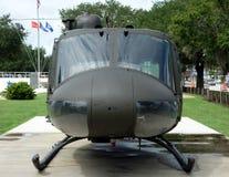 在显示的一架老直升机 免版税库存照片