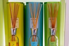 在显示的不同的色的香水空气灯芯在他们包装的一家商店 免版税库存图片
