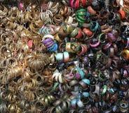 在显示的五颜六色的时尚首饰在印度 图库摄影