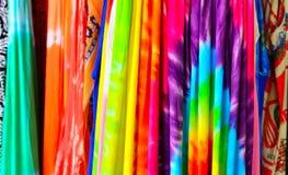 在显示的五颜六色的热带织品待售在市场上 免版税库存照片
