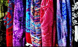 在显示的五颜六色的热带织品待售在市场上 库存图片