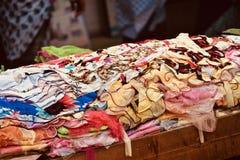 在显示的五颜六色的礼服在街道商店独特的照片附近 库存照片