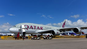 在显示的卡塔尔航空空中客车A380超级庞然大物 免版税库存照片