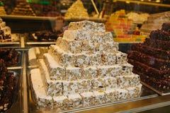 在显示的可口土耳其快乐糖金字塔在糖果店在伊斯坦布尔,土耳其购物 看法通过商店窗口 库存图片