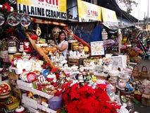 在显示的各种各样的家和圣诞节装饰在一家商店在Dapitan市场上 库存照片