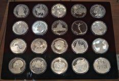 在显示的各种各样的纪念硬币在首饰陈列时 免版税库存照片