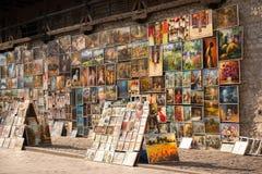 在显示的图片在克拉科夫街道上  库存照片