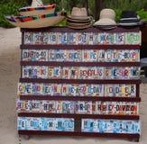 在显示的地方纪念品在海滩市场上在海滨del卡门,墨西哥 免版税图库摄影