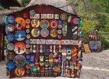 在显示的地方纪念品在海滩市场上在海滨del卡门,墨西哥 图库摄影
