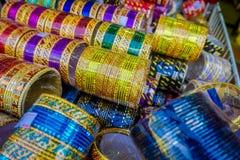 在显示的堆堆积的五颜六色的印地安腕子镯子在一家商店在一点印度在新加坡 五颜六色都市 库存照片