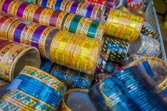 在显示的堆堆积的五颜六色的印地安腕子镯子在一家商店在一点印度在新加坡 五颜六色都市 免版税库存照片