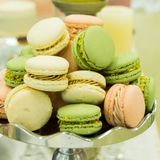 在显示的婚礼之日法国蛋白杏仁饼干 库存图片