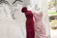 在显示的婚礼礼服在新娘商店 免版税图库摄影