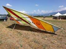 在显示的悬挂式滑翔翼 库存图片