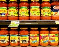 在显示的意大利酱在市场上 库存照片