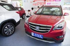 在显示的新的长安中国汽车在东莞等候预期客户的汽车陈列 免版税库存图片