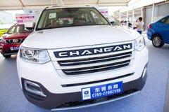 在显示的新的长安中国汽车在东莞等候预期客户的汽车陈列 免版税库存照片