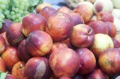 在显示的新鲜的桃子 库存图片