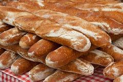 在显示的新鲜面包在农夫市场上 库存照片