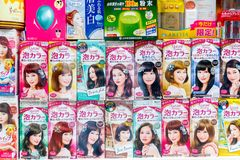 在显示的日本泡沫似的泡影染发剂产品在伦敦池氏 免版税库存图片