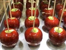 在显示的格兰尼史密斯苹果红色苹果糖 库存图片