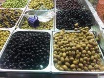 在显示的橄榄在义卖市场耶路撒冷mahane jehuda腐烂gelb用咖哩粉调制混杂的调味料 免版税图库摄影