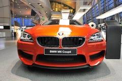 在显示的橙色BMW M6小轿车在BMW世界 免版税库存照片