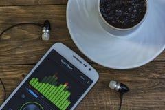在显示的流动调平器和一杯咖啡在茶碟的, 免版税库存照片