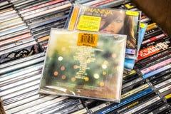 在显示的爱莉格CD的册页明亮的光2010年待售、著名英国歌手和歌曲作者 库存照片